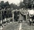 """""""Ukraina"""" (Lwów) (w ciemnym) i """"Polonia"""" z Przemyszla (w białym) przed meczem  2 września 1928. Zdjęcie z archiwum Lesi Kripiakewycz (gazeta.ua)"""
