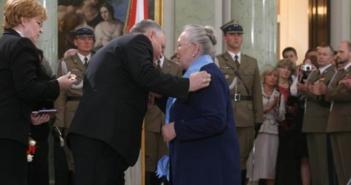 Foto: Prezydent RP Lech Kaczyński dekoruje Annę Walentynowicz Orderem Orła Białego/ Wikipedia