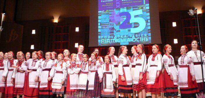 """Zespół """"Ranok"""" podczas Festiwalu Kultury Ukraińskiej na Podlasiu """"Podlaska Jesień""""."""